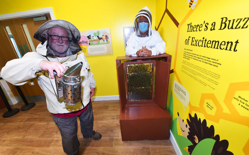 A photo of Neville Thomson and Ken Grant of the Cleveland Beekeepers Association