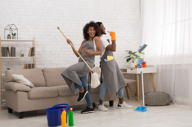 A photo of two people enjoying cleaning their home linking to a page about spring cleaning